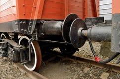 无盖货车联结在铁路的 库存图片