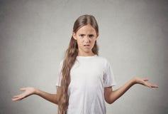 无知的少年女孩耸肩 免版税库存图片