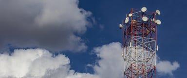 无线互联网塔  与云彩的天空蔚蓝在与拷贝空间的背景中增加的文本 免版税库存照片