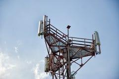 无线发射基地& x28; BTS& x29;使用在蓝天背景隔绝的天线 电信无线电铁塔细胞 免版税库存图片