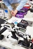 无线电控制盘区和人修理无线电操纵的汽车rac的 库存照片