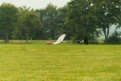无线电操纵的滑翔机着陆 免版税库存照片