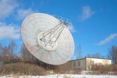 无线电望远镜和修造的天体物理学的实验室的天线 普尔科沃Observato 免版税库存图片