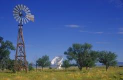 无线电望远镜和老风车在美国国家射电天文台在索乔尔罗, NM 免版税库存图片