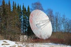 无线电望远镜天线关闭在晴朗的2月下午 普尔科沃天文学观测所 免版税图库摄影