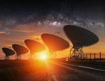无线电望远镜视图在晚上 免版税库存图片
