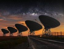无线电望远镜视图在晚上 库存图片