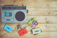 无线电盒式带录音机音乐减速火箭的技术与减速火箭的磁带的在木桌上 免版税库存图片