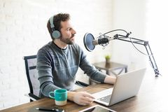 无线电节目播音员在工作 免版税图库摄影