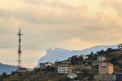 无线电铁塔和一个大厦在山在 免版税库存照片