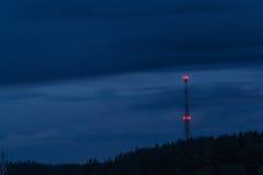 无线电铁塔在晚上 免版税库存图片