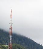 无线电铁塔在阿拉斯加的原野 免版税库存图片