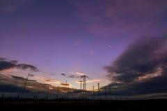 无线电铁塔有天空背景在夏天 免版税库存照片