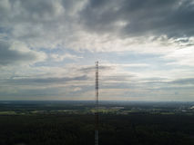 无线电铁塔Ulbroka拉脱维亚空中寄生虫顶视图4K UHD录影 免版税库存照片