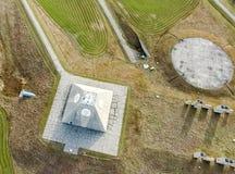 无线电雷达的大厦以一座金字塔的形式在军事基地 导弹发射场雷达金字塔在北部的Nekoma 免版税图库摄影