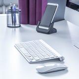 无线键盘和老鼠在书桌上 免版税库存照片