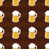无缝啤酒的模式 重复手图画五颜六色的杯啤酒 向量 库存照片