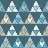 无缝抽象几何的模式 三角的纹理 五颜六色的刺绣织品 手孵化 库存照片