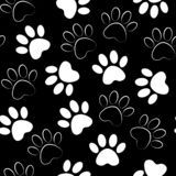 无缝爪子的印刷品 传染媒介例证动物爪子轨道样式 与猫或狗脚印剪影的背景  皇族释放例证