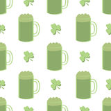 无缝的三叶草和绿色啤酒 库存图片