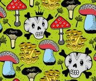 无缝的传染媒介样式与滑稽的头骨和夏天在森林里采蘑菇 免版税库存图片