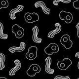 无缝的传染媒介样式用早餐鸡蛋和烟肉在黑色 库存图片