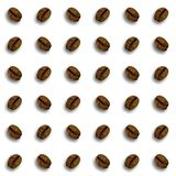无缝的咖啡样式背景 与在浅褐色隔绝的阴影的咖啡豆 免版税库存图片