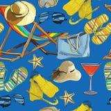 无缝的样式夏天,在沙子的可躺式椅与帽子, sunglass 皇族释放例证