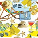 无缝的样式夏天,在沙子的可躺式椅与帽子 库存图片