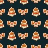 无缝的样式用圣诞节姜饼曲奇饼-响铃和弓 库存图片