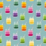 无缝的样式用新鲜水果和莓果分层了堆积在金属螺盖玻璃瓶的圆滑的人有秸杆的 向量手拉的例证 库存照片