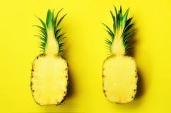 无缝的样式用明亮的菠萝 背景概念框架沙子贝壳夏天 减速火箭的热带样式概念背景 免版税图库摄影