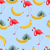 无缝的样式用香蕉和热带叶子 与密林热带植物、黄色香蕉和exoti的夏威夷样式背景 免版税库存照片