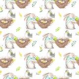 无缝的样式用水彩复活节兔子,与鸟蛋,黄色和绿色分支的巢 图库摄影