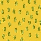 无缝的样式,有叶子的绿色枝杈,在黄色背景, 免版税库存照片