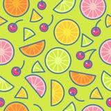 无缝的模式 桔子、石灰、柠檬和樱桃片断在绿色背景 库存例证