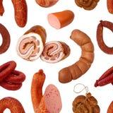 无缝的模式 由自然肉做的可口,开胃熏制和煮沸的香肠 免版税库存照片