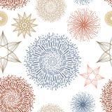 无缝的重复的墙纸样式传染媒介、星和抽象乱画旭日形首饰或者starbursts在红色蓝色金银铜合金和桔子 皇族释放例证