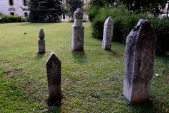 无背长椅公墓 免版税库存照片