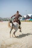 无背长椅在他的马的御马者骑马 库存图片