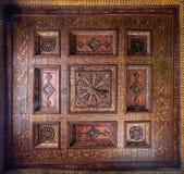 无背长椅时代在埃及建筑学历史的议院装饰了与金黄花卉样式装饰的木天花板 图库摄影