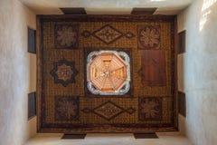 无背长椅时代装饰了与花卉样式装饰的木天花板和木圆顶,开罗,埃及 免版税库存图片