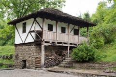 从无背长椅empiri的期间的典型的保加利亚建筑学 库存图片