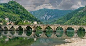 无背长椅Mehmed帕沙Sokolovic桥梁,维谢格拉德 免版税图库摄影
