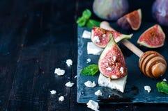 无花果和乳酪开胃菜用蜂蜜 图库摄影