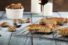无花果蛋糕用poruing的糖浆用牛奶和核桃 免版税库存照片