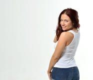 无袖衫和短裤的弯曲的红发妇女 图库摄影