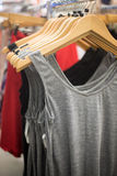 无袖衫在商店 免版税库存照片