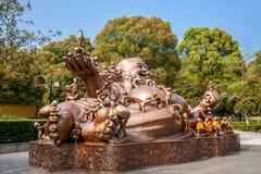 无锡灵山巨人菩萨风景区& x22; 100儿童游戏Maitreya& x22;大铜雕塑 免版税库存图片