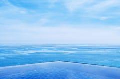 无限与蓝色海和清楚的天空的边缘水池 广角射击 库存图片